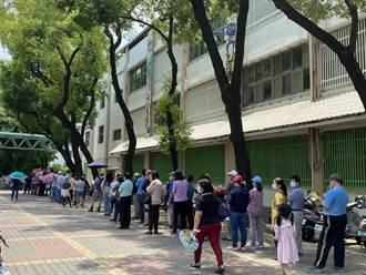 大排長龍等著打莫德納 台南增設3處大型接種站