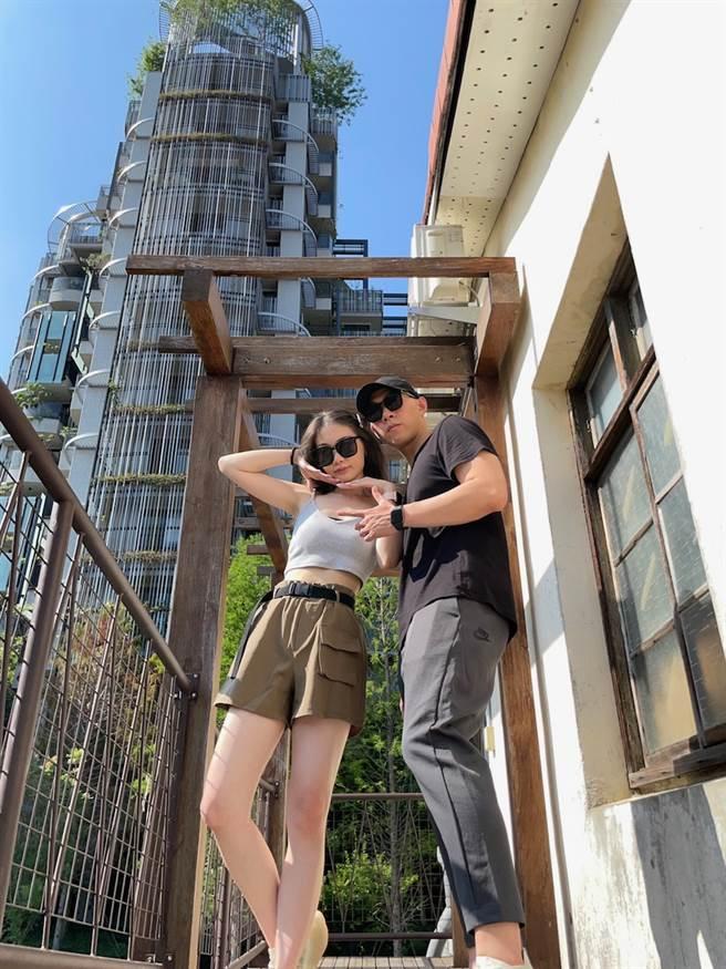 24歲已當上業務襄理的方奕凱,休假時喜歡帶著女友到各地旅遊。(圖/永慶房屋提供[疫情前拍攝])