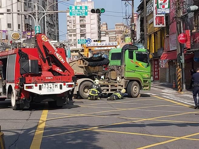 新北市中和區連城路今(8日)上午8時許發生一起砂石車與機車相撞車禍。(記者爆料網)