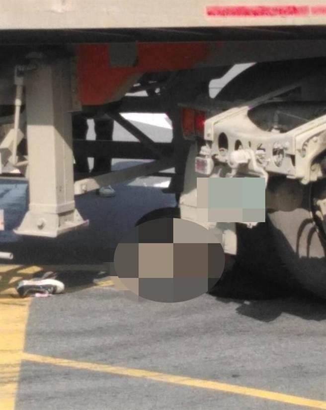 女騎士捲進砂石車車底,救出已無生命跡象送醫搶救。(記者爆料網)