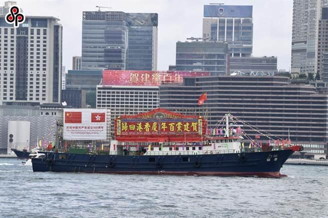 《香港國安法》實施一周年,大陸專家指香港國際金融中心地位穩固。圖為今年7月1日百艘掛上中國國旗、特區區旗的漁船於維多利亞港巡遊。(中新社)