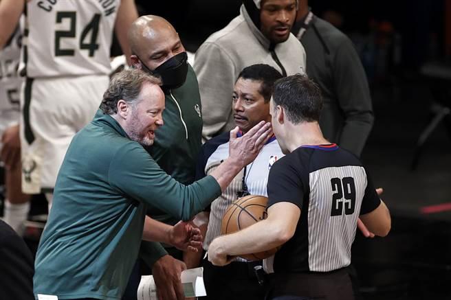 公鹿總教練布登豪瑟(左)很不滿總冠軍賽G1裁判尺度。(美聯社資料照)