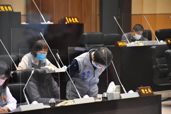 苗栗縣衛生局長張蕊仙8日在工作報告上2度道歉。(謝明俊攝)