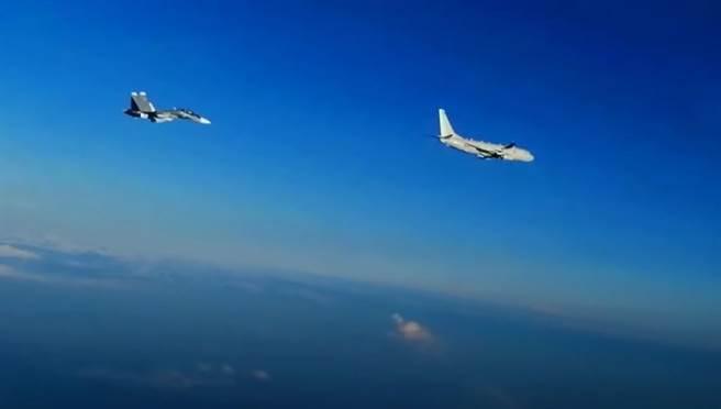 俄羅斯Su-30戰機在黑海上空攔截美軍P-8A巡邏機。(圖/YOUTBUE)