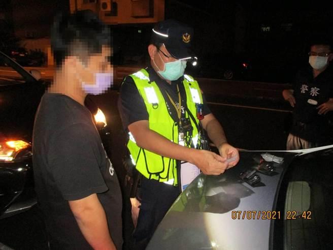 警方查獲卓姓男子座車駕駛座腳踏板查獲愷他命11包及毒品咖啡包40包。(警方提供/曹婷婷台南傳真)