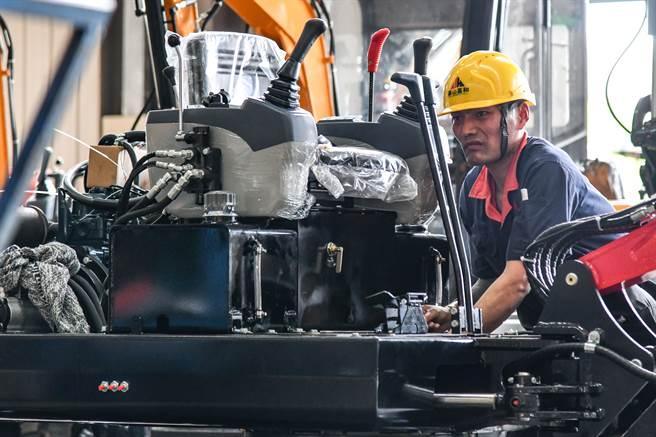 受疫情影響,德國機械設備出口下滑,中國機械出口反而加速成長,並首次超越德國成為全球機械設備出口冠軍。圖為山東泰安工人正在組裝小型挖掘機。(圖/新華社)