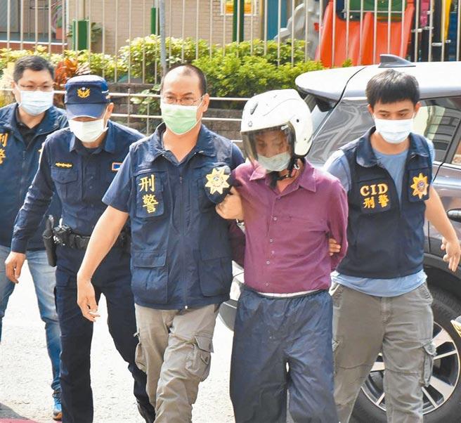 圖為槍擊2名男子致死的嫌犯方進祥(右二)落網時,警方將他帶到仁武分局偵訊。(本報資料照片)
