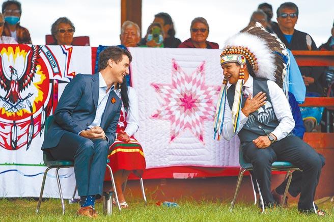 加拿大總理杜魯道(左)7日前往原住民居住部落,與原住民對話。加國最近接連在天主教寄宿學校舊址發現原住民兒童的無名塚和遺骸,杜魯道亟欲改善和彌補政府與原住民的關係。(摘自加拿大總理杜魯道推特)