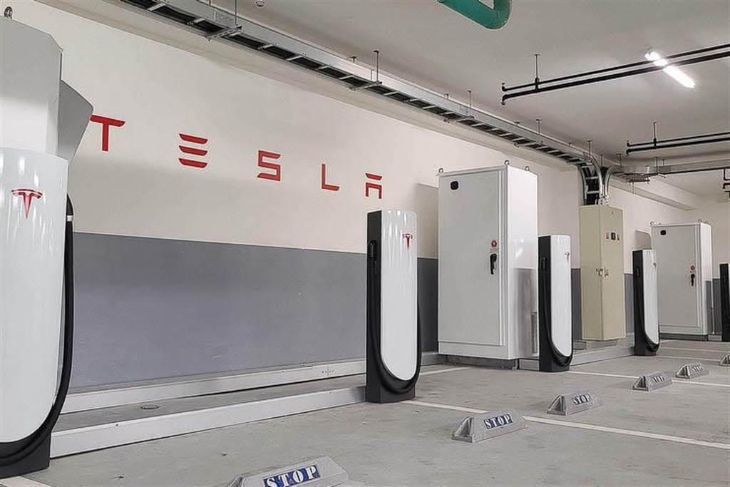 因應 CCS2 新規格,特斯拉全台「城市超充」也會與 V2 同樣改造為雙規充電