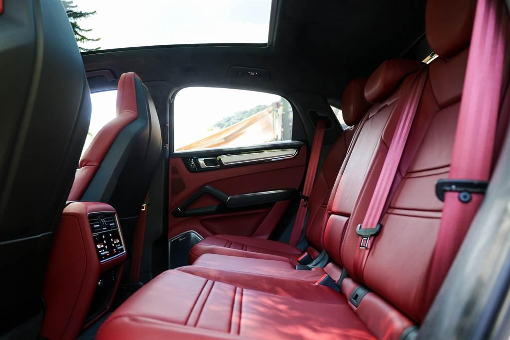 Cayenne Coupe全車系都提供2+1座或2座配置可選擇,由於車身尺碼夠大且標配全景天窗,後座不受跑旅車型的斜背造型影響,仍然可舒適乘坐,加上試駕車選配了四區恆溫空調(5.2萬元)以及隔熱隔音私密玻璃(10.99萬元)待遇不輸前座。