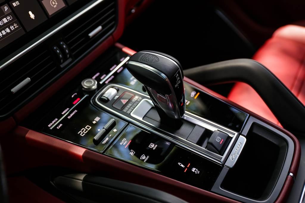 全車系皆搭配8速Tiptronic S變速箱而非Porsche性能標誌的PDK變速箱,這是Cayenne車系仍注重舒適性的展現,不過可別因此小看它,搭配跑車計時套件依舊能在4.5秒完成0~100km/h加速!