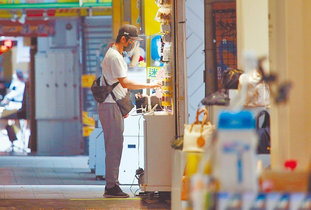 中央流行疫情指揮中心8日宣布延長全國疫情警戒第3級至7月26日,但7月12日後將適度鬆綁,位於西門町周邊店家生意大不如前,不少店家沒有營業,只有少數商家還在苦撐。(陳信翰攝)
