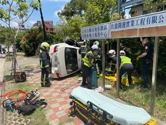 台中68歲男駕車突撞路樹90度側翻 當場無生命跡象