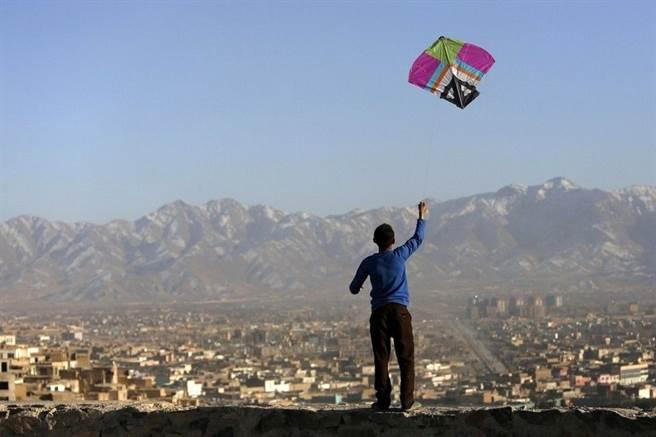 真難想像,放風箏這麼單純的娛樂,塔利班也要禁止。(圖/路透社)