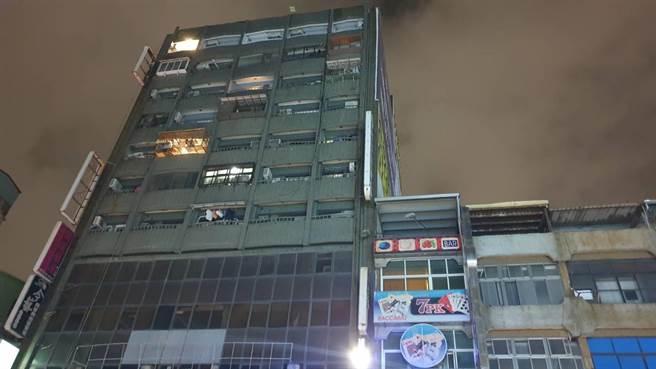 高市三民區一棟大樓8日晚間驚傳女子猝死男網友租屋處案,警方將男網友留置調查。(讀者提供/石秀華高雄傳真)