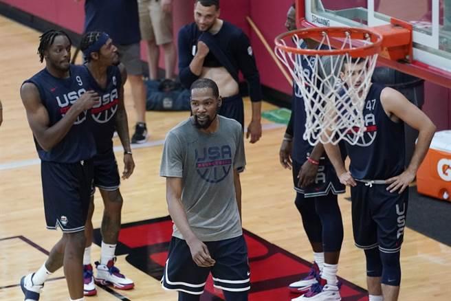 杜蘭特跟美國男籃隊友努力訓練身影。(美聯社)