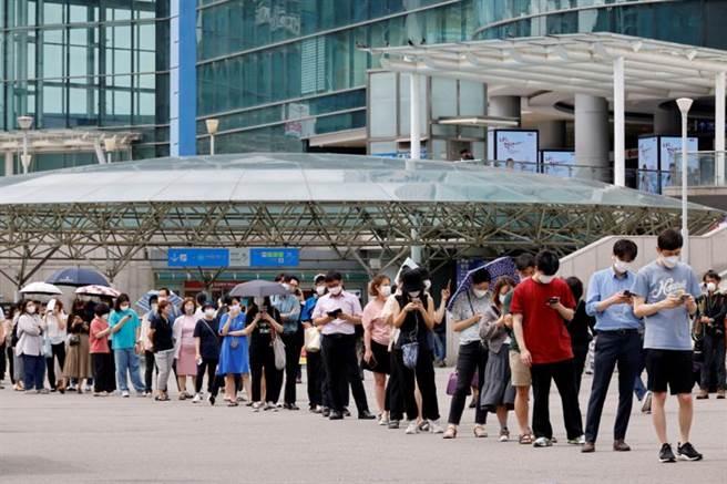 由於首爾連3日確診人數破500人,南韓政府宣布12日起首都圈進入四級警戒。圖為首爾民眾排隊等候篩檢。(圖/路透社)