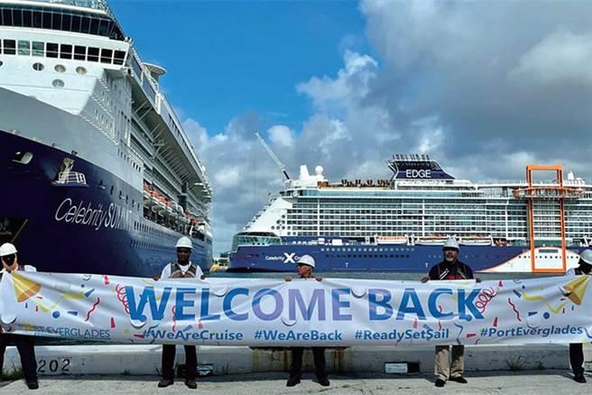埃弗格雷斯港(Port Everglades)的船務人員拉起長長布條歡迎名人遊輪回歸。 圖:Visit Port Everglades/提供