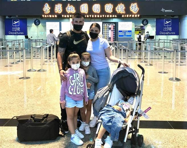 邦威(左)帶著妻小啟程返回墨西哥備戰東京奧運。(悍創運動經紀提供)