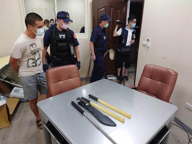 新北市刑大8日再度檢肅洪嫌等9人到案,查獲空氣槍、開山刀、電擊棒等證物。(翻攝畫面)