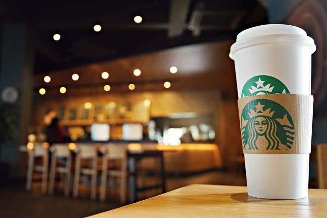 在星巴克,顧客可以購買客製化飲品。(圖/shutterstock)