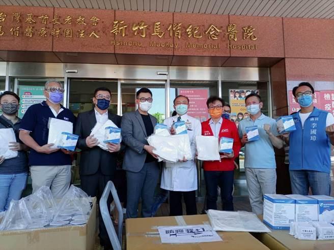 國民黨主席江啟臣(左四)針對近日柯文哲「言論解封」,表示人民最在乎的還是疫情解封。(邱立雅攝)