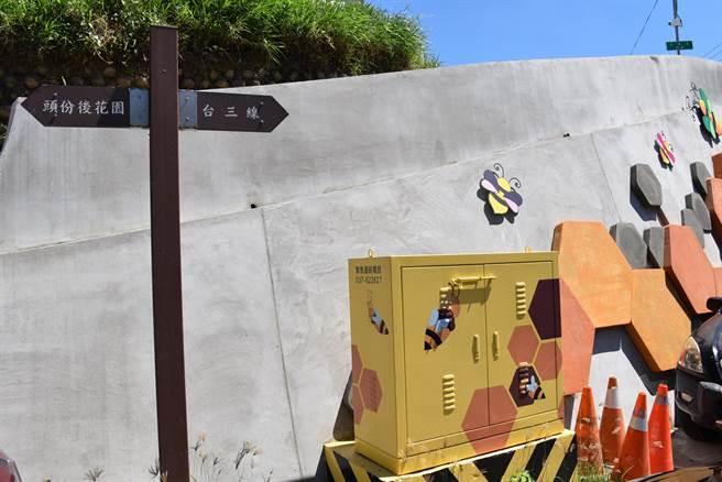 頭份市流東里老崎茶道入口處新建的裝置景觀,就是以當地特產蜂蜜為主題。(謝明俊攝)