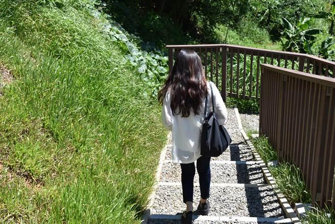 「信德小路」是許多就讀信德國小學生每天必經之路。(謝明俊攝)