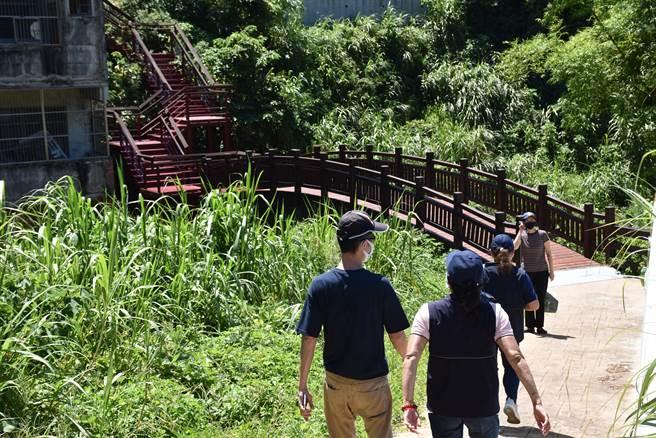 「信德小路」跨越小橋登上階梯後,就抵達信德國小。(謝明俊攝)