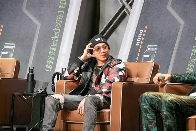 金曲嘻哈歌手ØZI擔任客座導師。(三立提供)