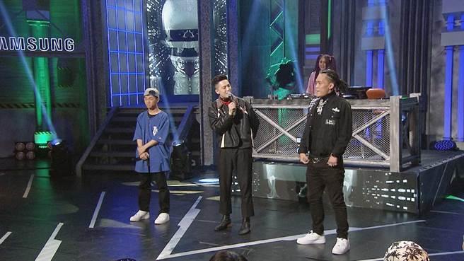 青蛙(左)跟嘻哈元老蛋頭對戰,主持人J.Sheon(中)幫他們的組合取為「青蛙下蛋」。(三立提供)