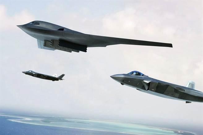 陸媒不久前在網上公布了轟-20的想像圖,暗示了中國遠程戰略隱形轟炸機的進度,其外型與美軍B-21非常相似。圖為轟-20與殲-20協同作戰想像圖。(圖/微博)