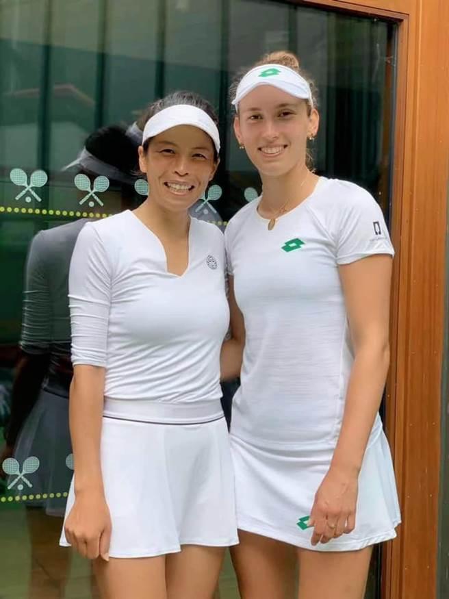 台灣女網一姊謝淑薇與比利時好手梅藤絲聯手在溫網四強賽擊敗日本組合,距離奪冠路只剩一步之遙。(謝淑薇臉書粉絲團翻攝)