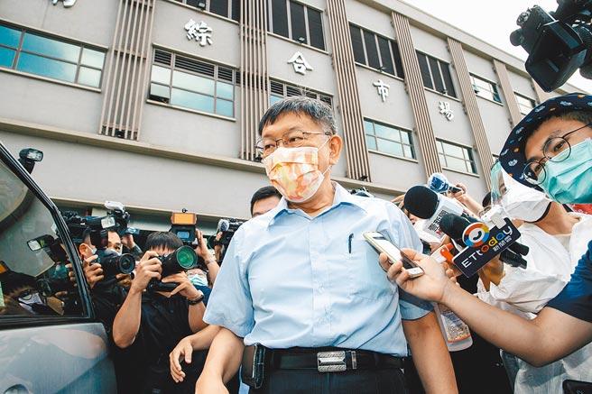 台北市環南市場進行大規模PCR篩檢,市長柯文哲(中)8日到現場視察,被問到中央「設局說」相關問題時,未發一語。(郭吉銓攝)