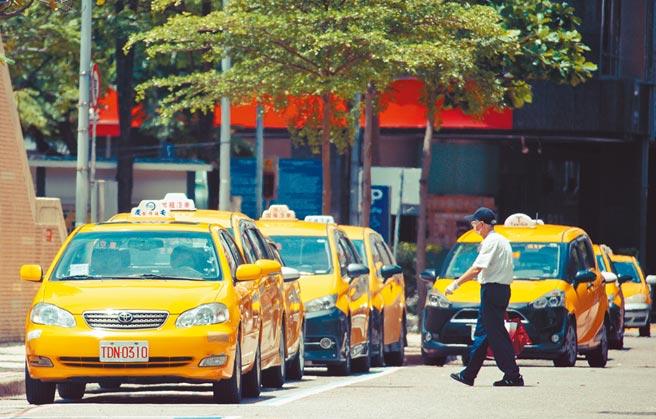 交通部6月4日起針對計程車、租賃代僱、遊覽車等駕駛人,發放薪資補貼3萬元,近日傳出有1900餘名司機還沒領到紓困,原因竟是公路總局的紓困金「用完了」。(本報資料照片)
