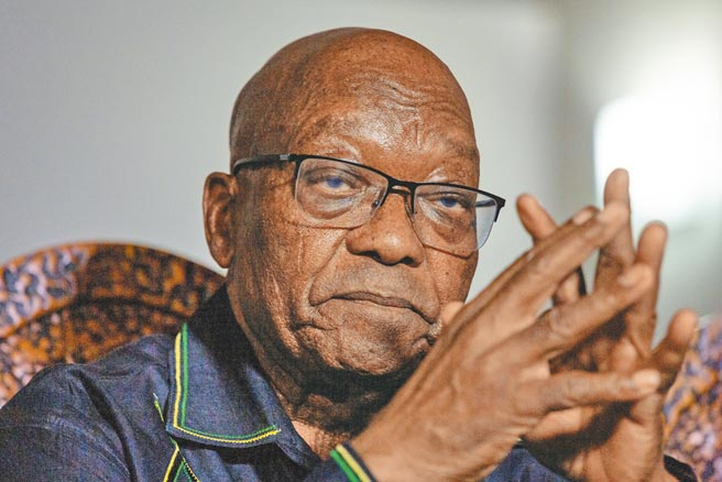 南非前總統朱瑪日前因藐視法庭被判刑15個月,南非警方7日證實,朱瑪已在最後期限前到警局投案,並入獄開始服刑,成為南非結束種族隔離制度以來,第一位被判刑入獄的前總統。(新華社)