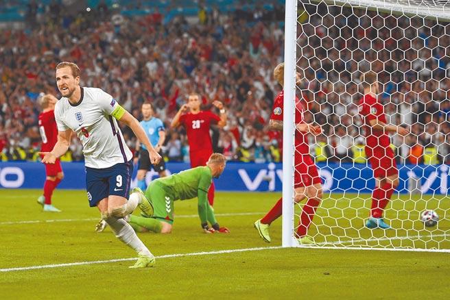 確定罰踢補進後,肯恩(左)狂奔慶祝。(美聯社)