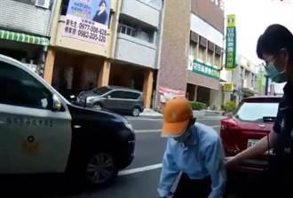台南8旬翁騎車摔傷 壯碩警「公主抱」上警車護送回家