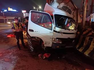 嘉義市小貨車闖平交道 遭區間車迎面撞上 駕駛自行脫困無礙