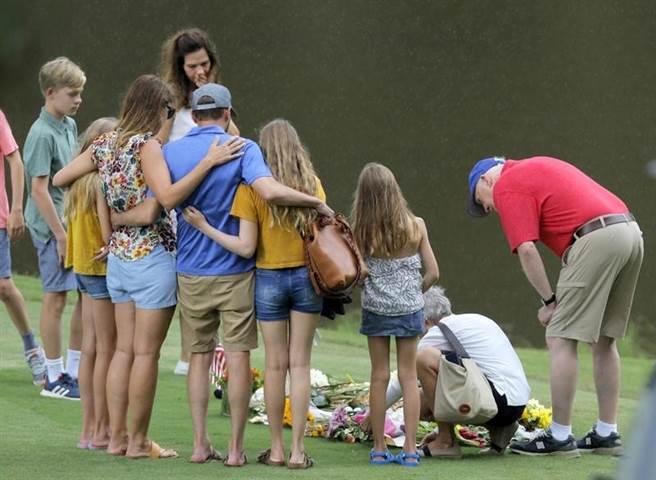 美國職業高球手席勒在球場遇害,親友前往球場哀悼。(美聯社)