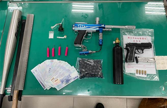 警方在兩車上搜出改造手槍1把、子彈4顆、鎮暴槍及鎮暴彈113顆、開山刀、鋁棒、西瓜刀及毒品安非他命等物品。(翻攝照片/戴上容新北傳真)