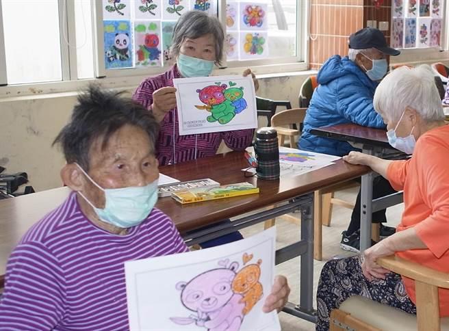 健全長者照顧網,雲林縣政府爭取社區照顧據點人員施打疫苗。(本報資料照片)