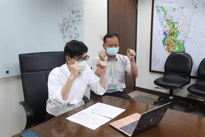 高雄市長陳其邁(左)10日透過視訊,為消防員盧宗明的父親加油打氣。(高市府提供/林瑞益高雄傳真)