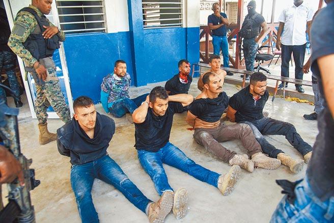 涉嫌殺害海地總統摩依士的11名武裝分子,8日清晨闖進我駐海地大使館,經通報後被當地警察逮捕。(美聯社)