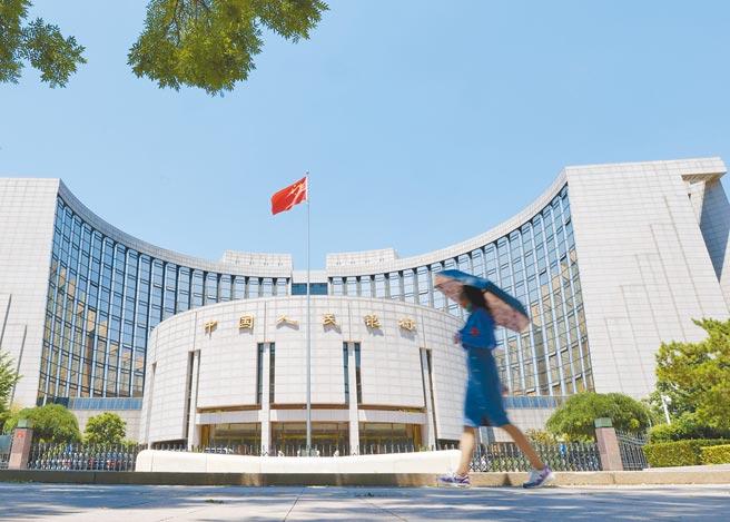 中國人民銀行8日宣布,自本月25日起,下調金融機構存款準備率0.5個百分點,約可釋放長期資金約1兆元人民幣。(中新社)