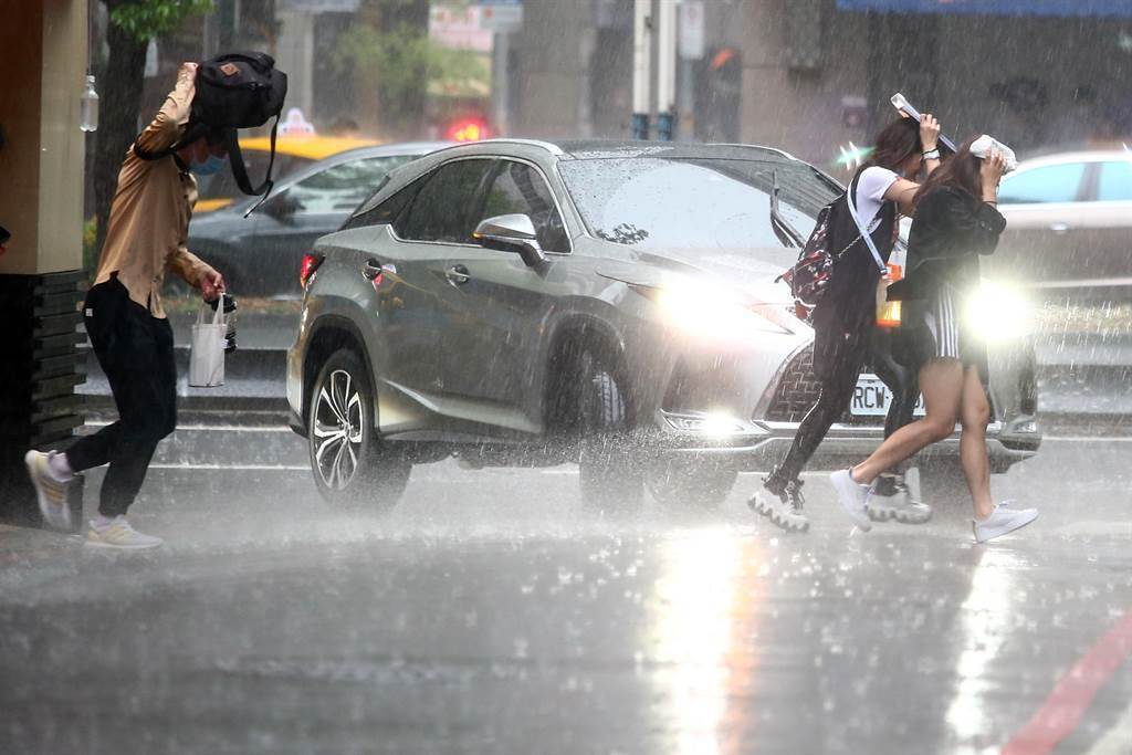 今天西半部開始有午後雷雨出現,並有較大雨勢,周一到周二(12至13日)主要的天氣變化仍是西半部的午後雷雨。(資料照)