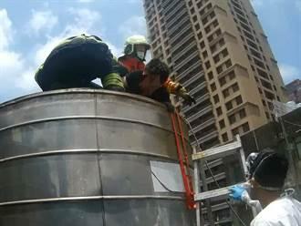 曬昏摔入3米深鐵水塔 男猛拍打弄聲響從「烤爐」獲救虛脫