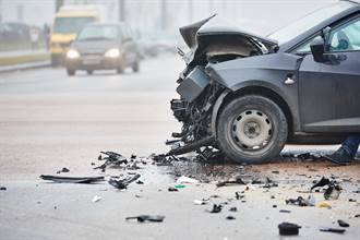 日小客車逆向逾10公里對撞卡車 釀1死3傷