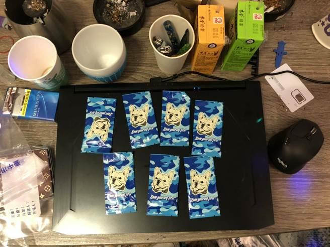 警方當場查扣K盤2個、毒品咖啡包7包(毛重61.15公克)、毒品愷他命7包(毛重258.8公克)。(戴志揚翻攝)