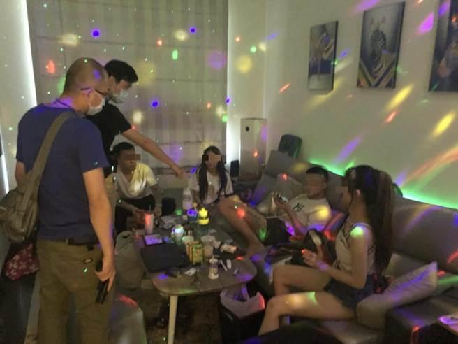警方7日查獲29歲的蔡男等3男4女共7人,於承租住宅內舉辦毒趴。(民眾提供)